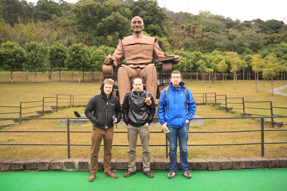 A legnagyobb Csang Kaj-sek szobor, mely több darabban érkezett ide.