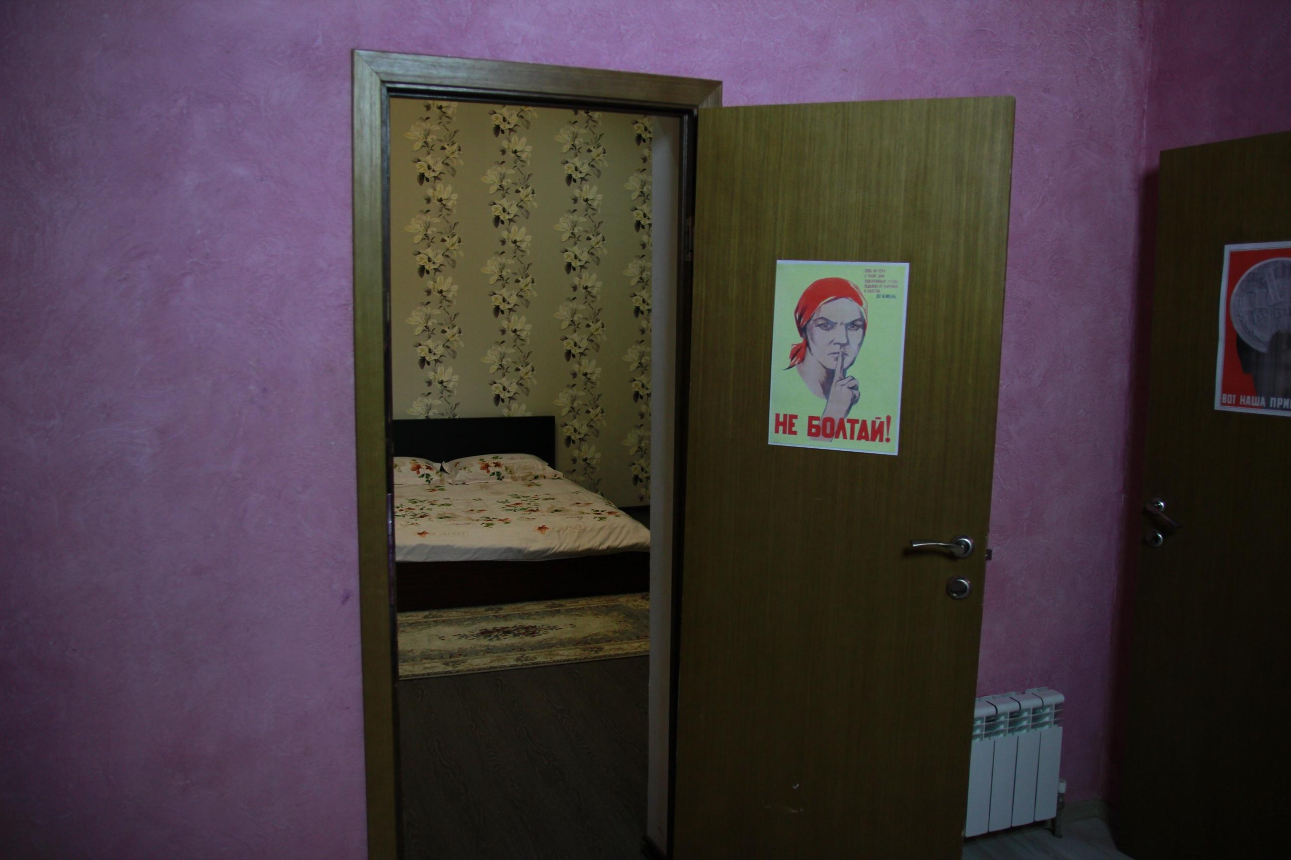 Az emeleten 'privát szobák', műveltebbeknek 'szoszók' találhatók.
