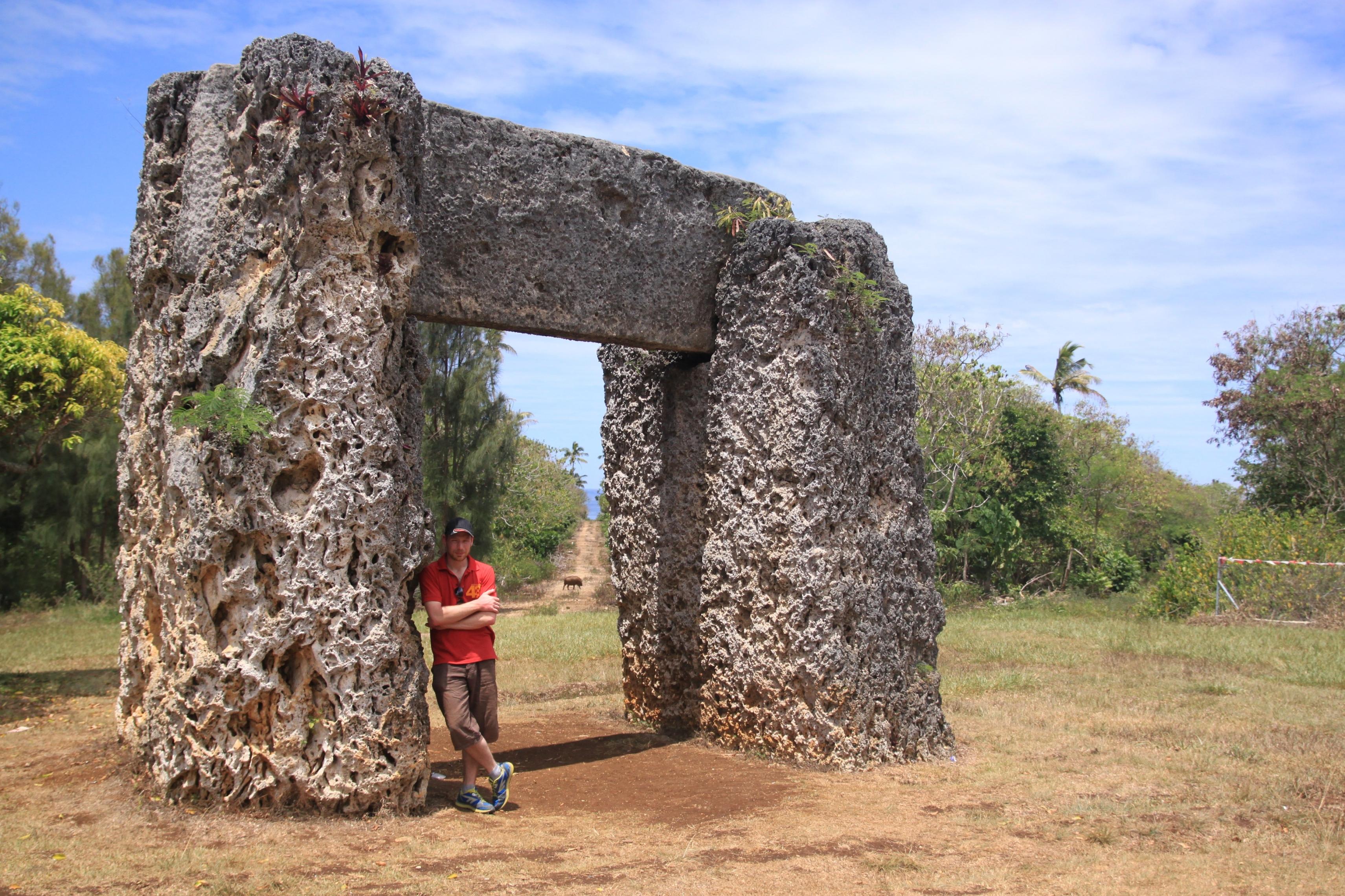 Ha'amonga'a Maui, ez egy 13. századi építmény egy három hatalmas kőből álló kapu, melyen át a tongai királyok megközelítették a kikötőjüket. A háttérben itt is látható egy disznó!