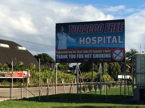 Tongában már olyan kórház is létezik, ahol tilos a dohányzás. Ha velem bármi történne, egy másikba vigyetek!