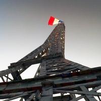 Hülye fémdobozokból csűrt-csavart mini Eiffel-torony a fővárosban