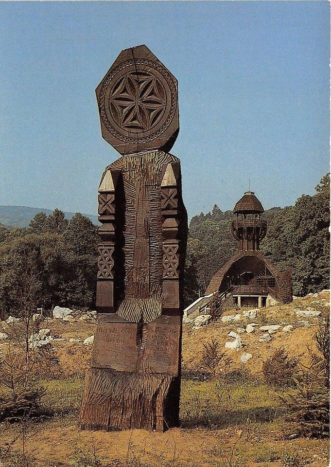 Itt épült fel az annak idején egy fából készült fogadóépület, valamint egy kilátó, amelynek aljában gombavizsgáló volt.