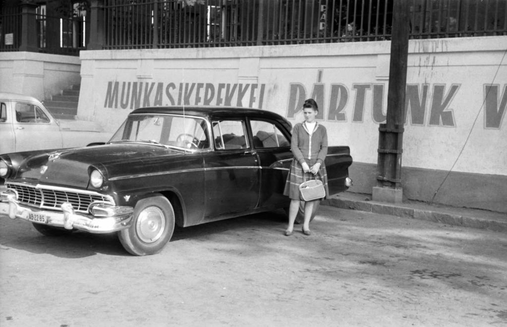 1963_vasgyar_1_sz_hivatalhaz_elotti_parkolo_ford_fairlane_1956-os_modell.jpg