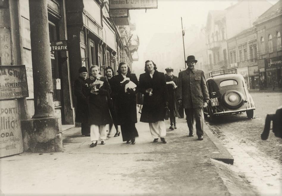1941_szechenyi_utca_a_varoshaz_ter_felol_nezve_fiat_508c_nuova_balilla_1100.jpg