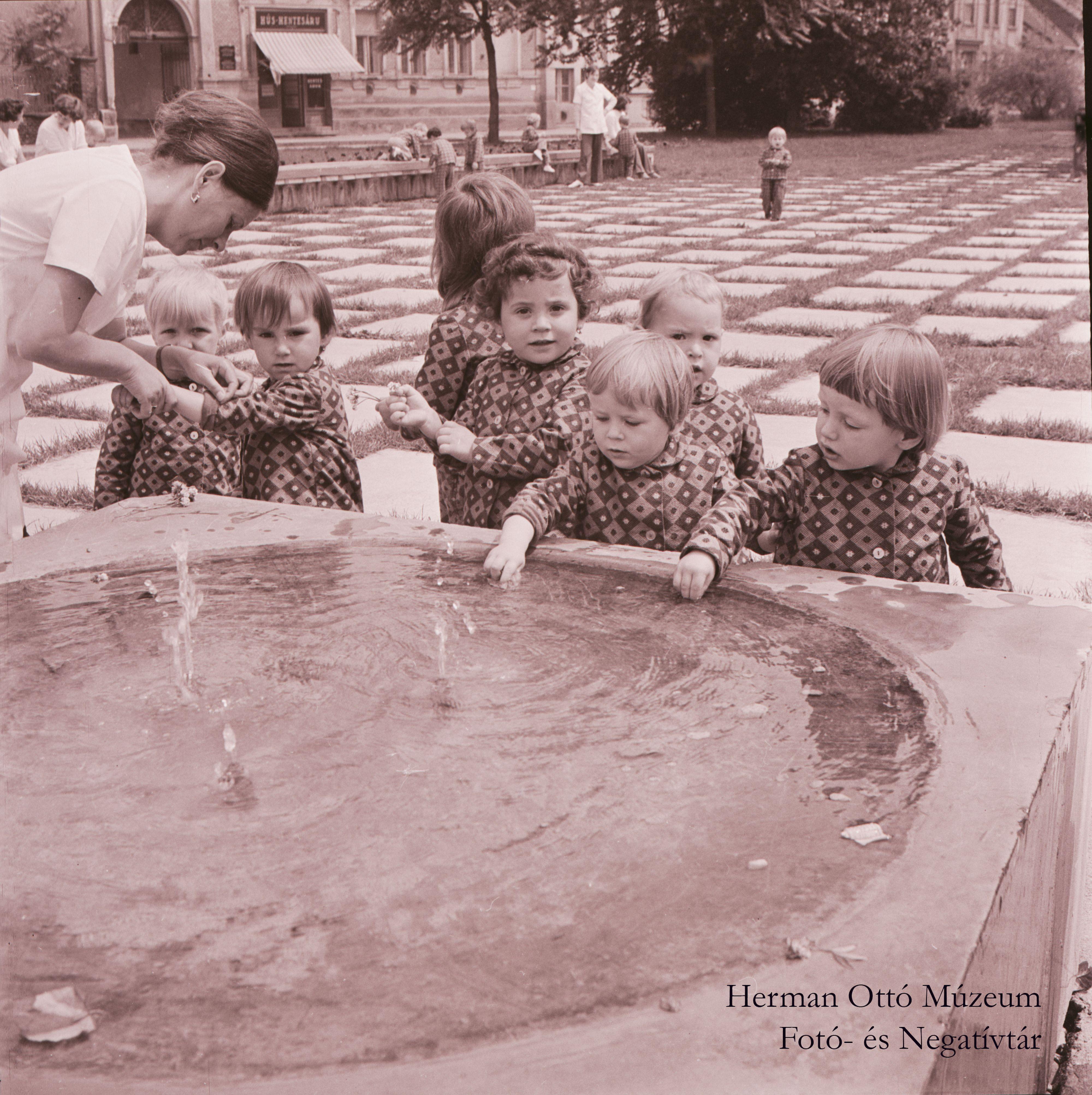Herman Ottó Múzeum Fotó- és Negatívtára. A szökőkútnál. Laczó József, 1975. június 3. Leltári szám: HOM_FN_70414
