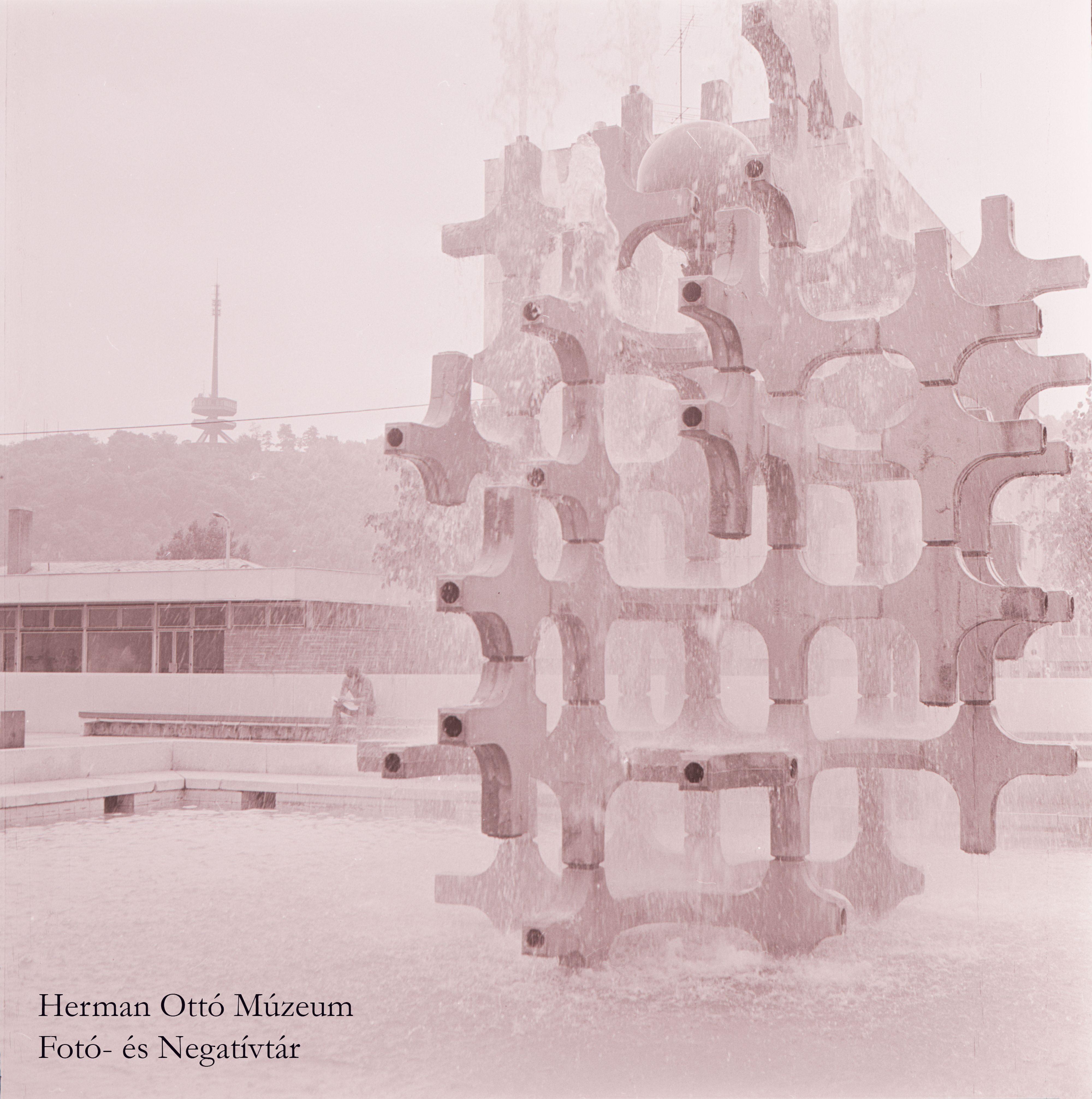 Herman Ottó Múzeum Fotó- és Negatívtára. A szökőkútnál. Laczó József, 1975. június 3. Leltári szám: HOM_FN_70418