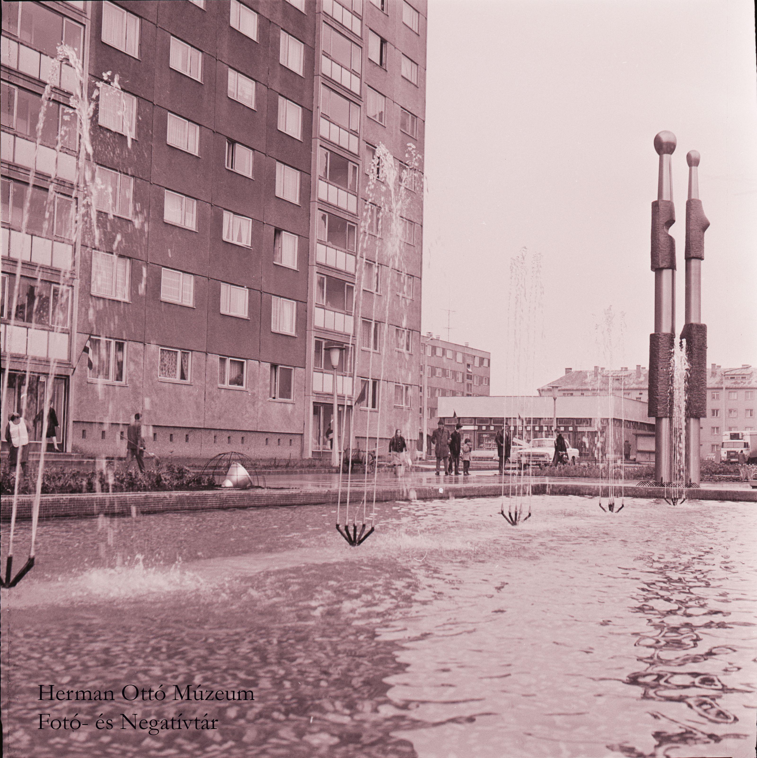 Herman Ottó Múzeum Fotó- és Negatívtára. Emberpár térplasztika a Győri kapui lakótelepen. Laczó József, 1975. április 3. Leltári szám: HOM_FN_69708