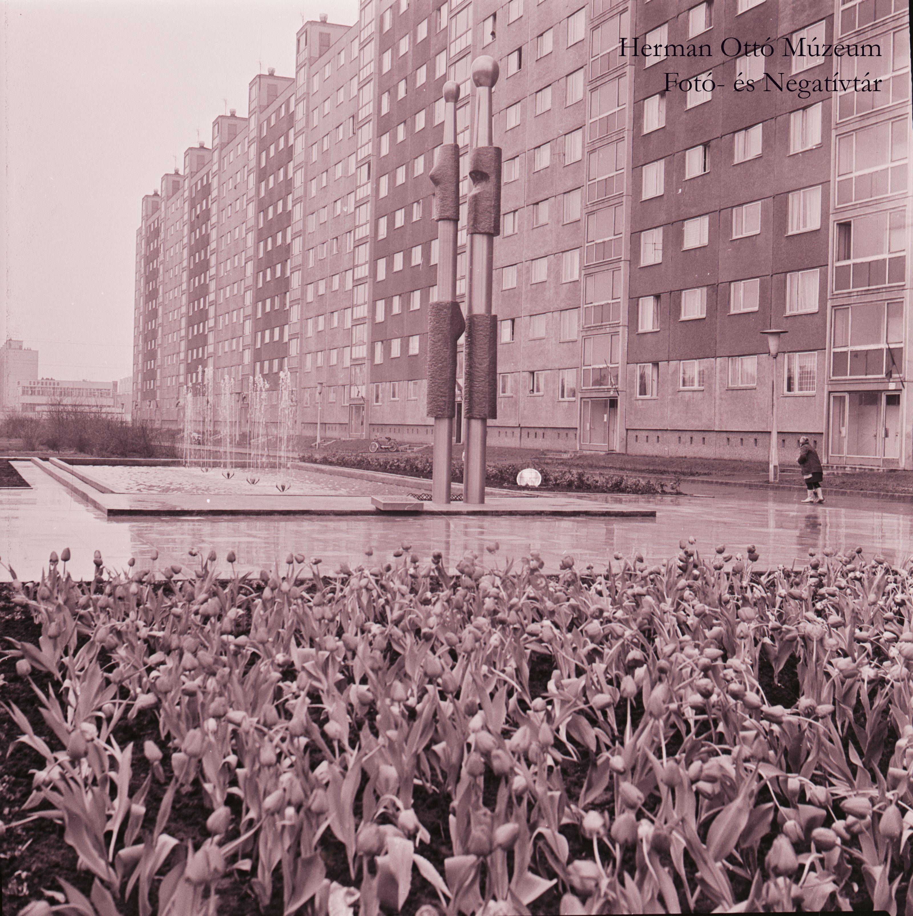 Herman Ottó Múzeum Fotó- és Negatívtára. Emberpár térplasztika a Győri kapui lakótelepen. Laczó József, 1975. április 3. Leltári szám: HOM_FN_69709