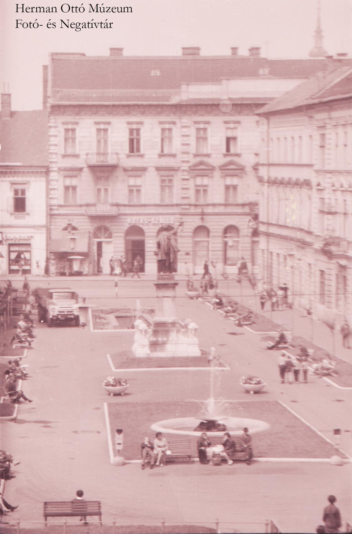 Herman Ottó Múzeum Fotó- és Negatívtára. Miskolc látképe, Szabadság tér. Bodgál Ferenc, 1966. június. Leltári szám: HOM_FN_14767