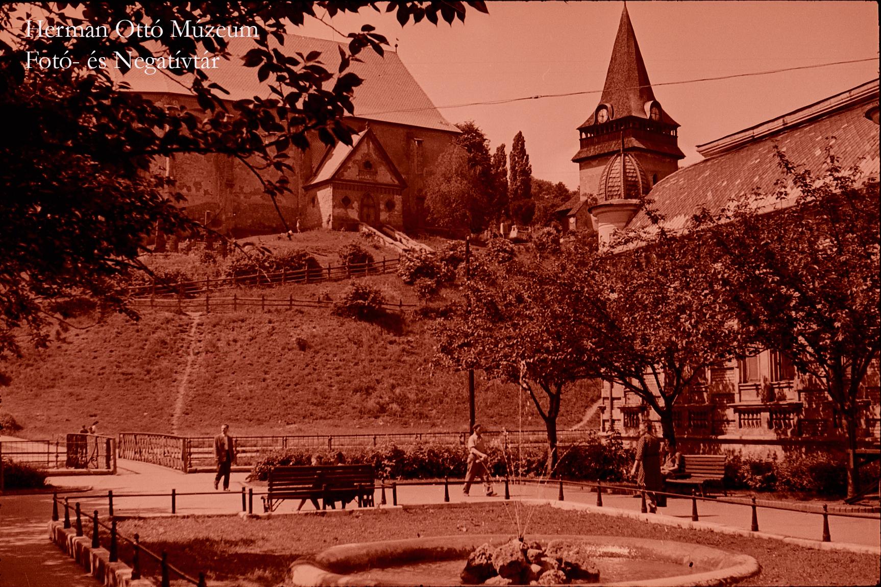Herman Ottó Múzeum Fotó- és Negatívtára. Szabadság tér és az Avasi templom. Bodgál Ferenc, 1958. május. Leltári szám: HOM_FN_4405