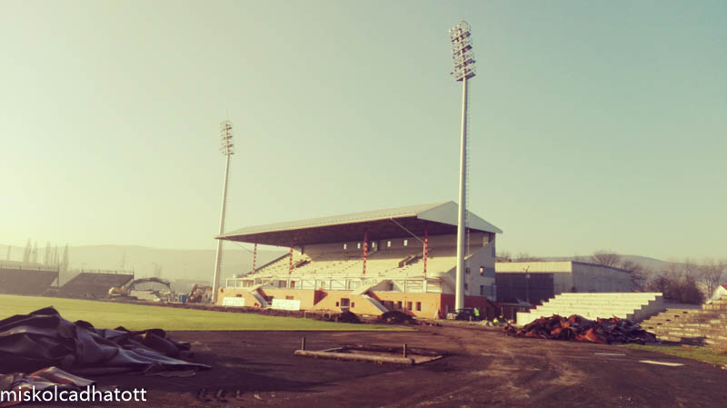 A tribün és a klubépület 2006-ban teljes felújításon esett át. A jövő héten pedig ezzel az épületnek az éldózerólasával kezdik a bontás látványosabb fázisát.