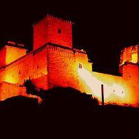 A Diósgyőri vár esti díszvilágítása
