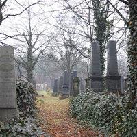 Esküvő a temetőben