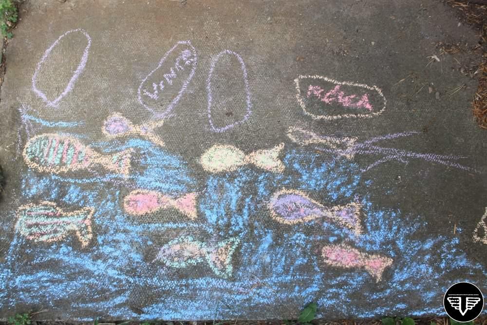 halak, körberajzolt gyereklábakkal