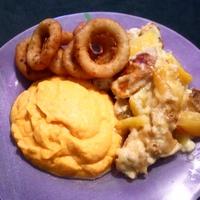 Ananászos-mangós csirkemell édesburgonya pürével, hagymakarikákkal