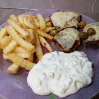 Fetás fasírt sült krumplival, tzatzikivel