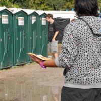 A mobilok és a wc kapcsolata a szigeti részeg punkokkal