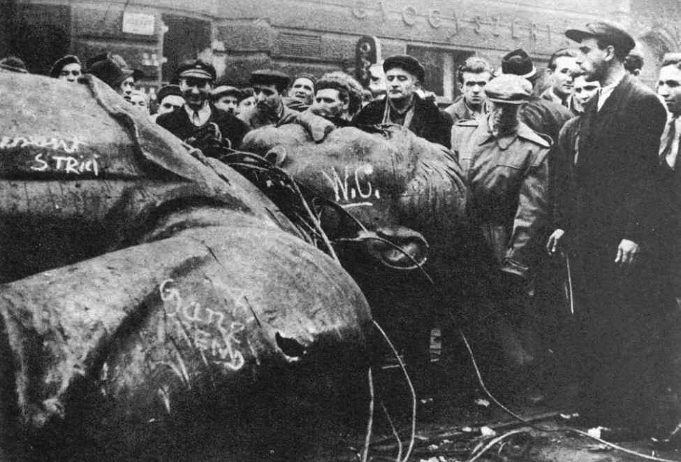 AH16-1370_Hungarian-students+toppled-Stalin-statue_1956.jpg
