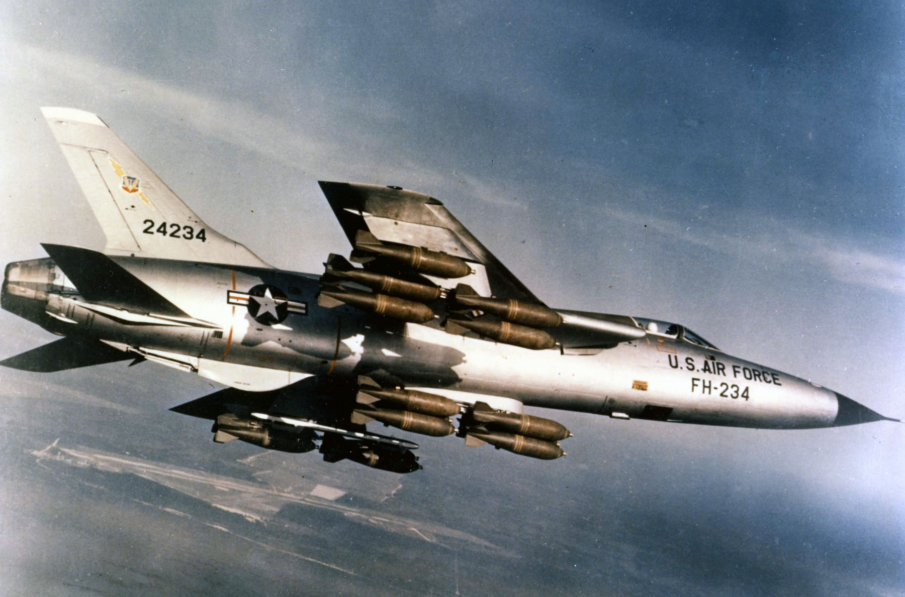 republic_f-105d-30-re_sn_62-4234_in_flight_with_full_bomb_load_060901-f-1234s-013.jpg