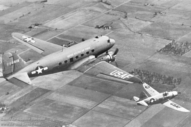 c-47a_42-23918_q-14b_44-68334_tip_coupled_a_right_rear_in_flight_l.jpg