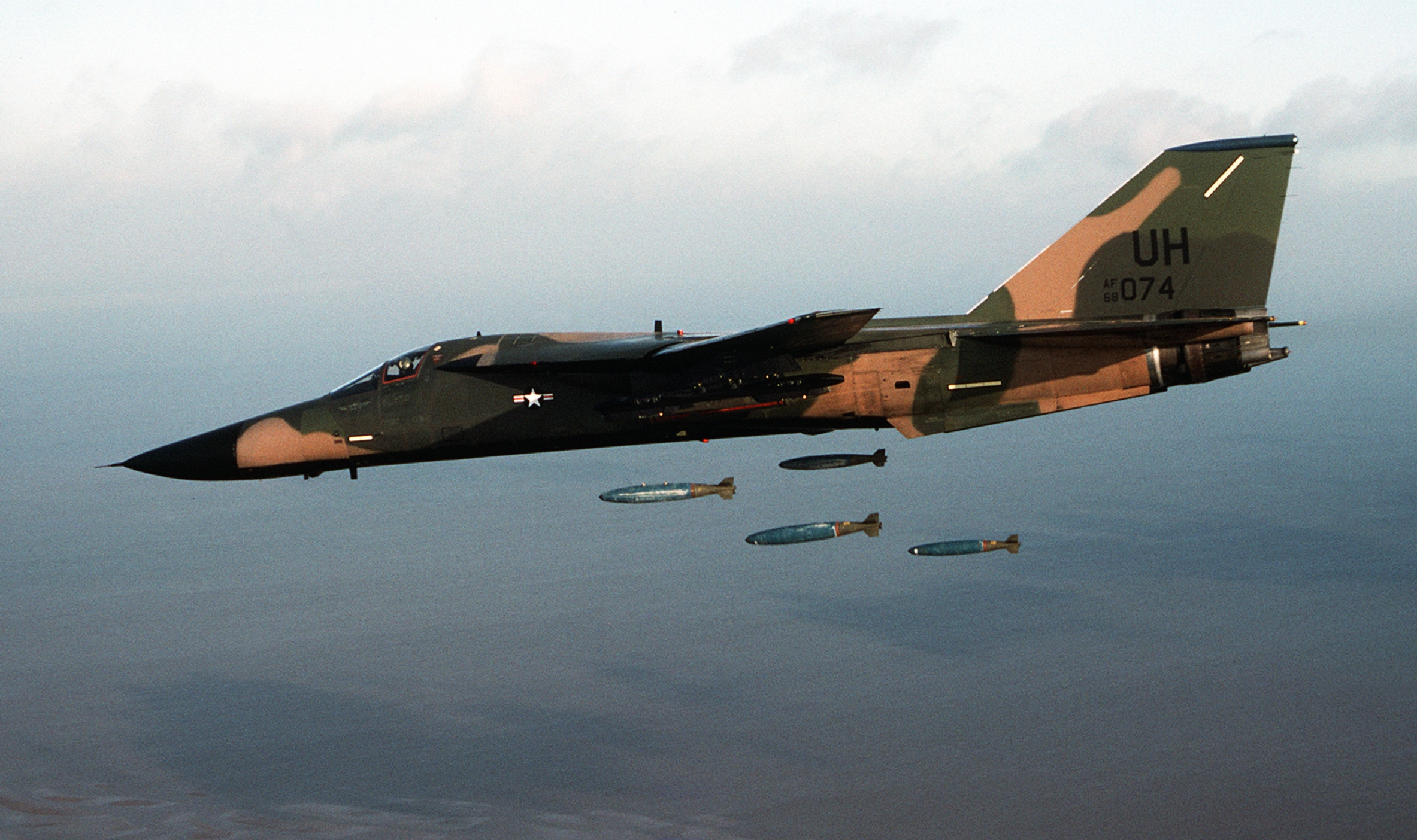 f-111e_20_tfw_dropping_mk_82_bombs_1983.JPEG