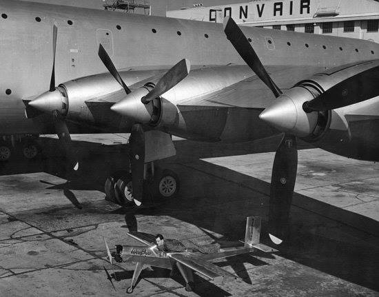 beecraft_wee_bee_le_plus_petit_avion_du_monde_en_1946_c_te_du_geant_xc-99_de_convair_1.jpg