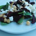 Spenótos, csicseriborsós sültcékla saláta