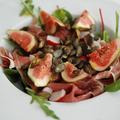 Saláta fügével, pármai sonkával és tökmaggal
