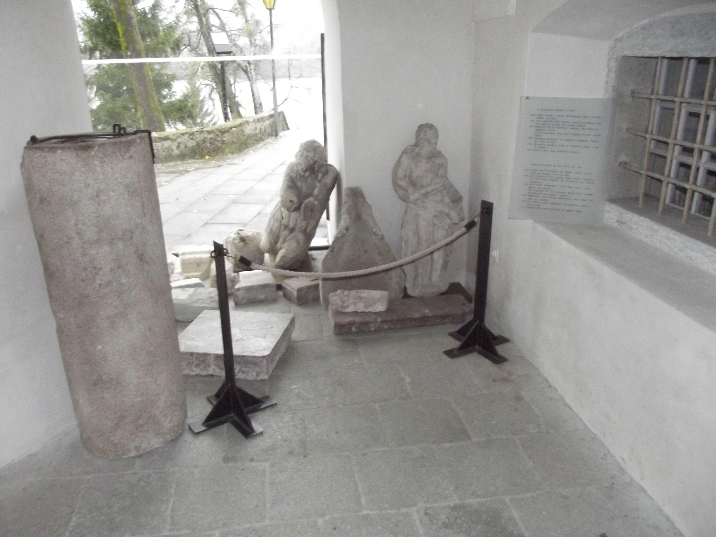 Lapidárium a templom bejáratánál