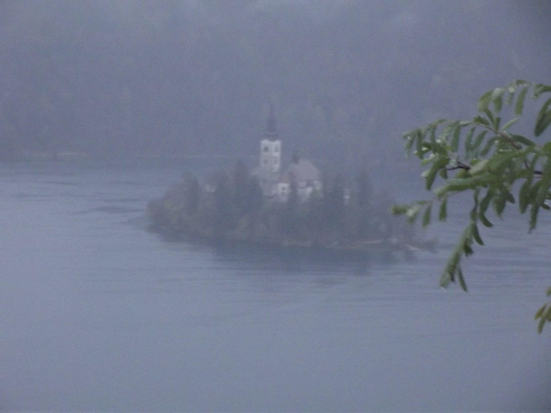 Sziget a várból esőben