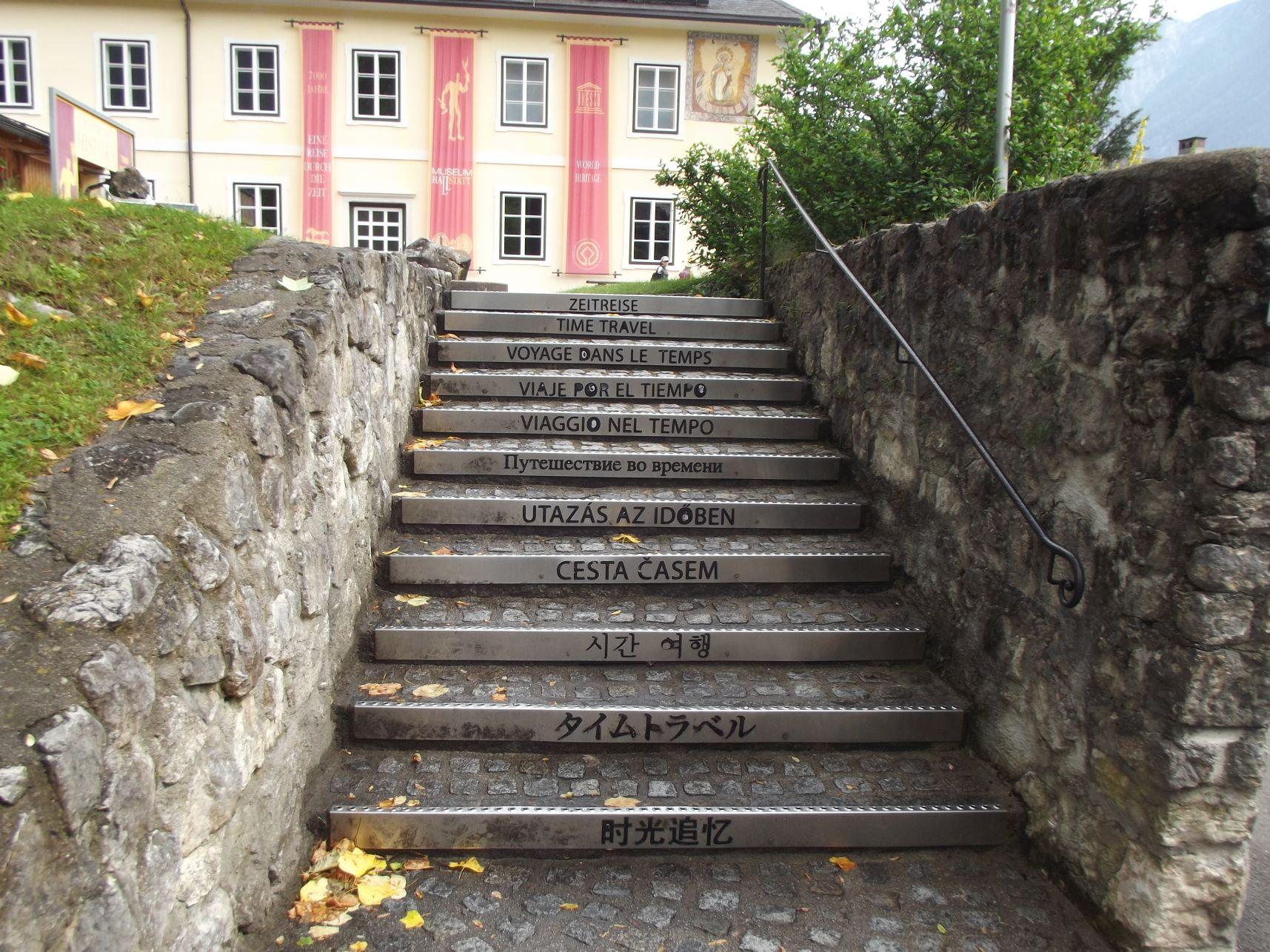 Magyarul is köszönt a múzeum lépcsője