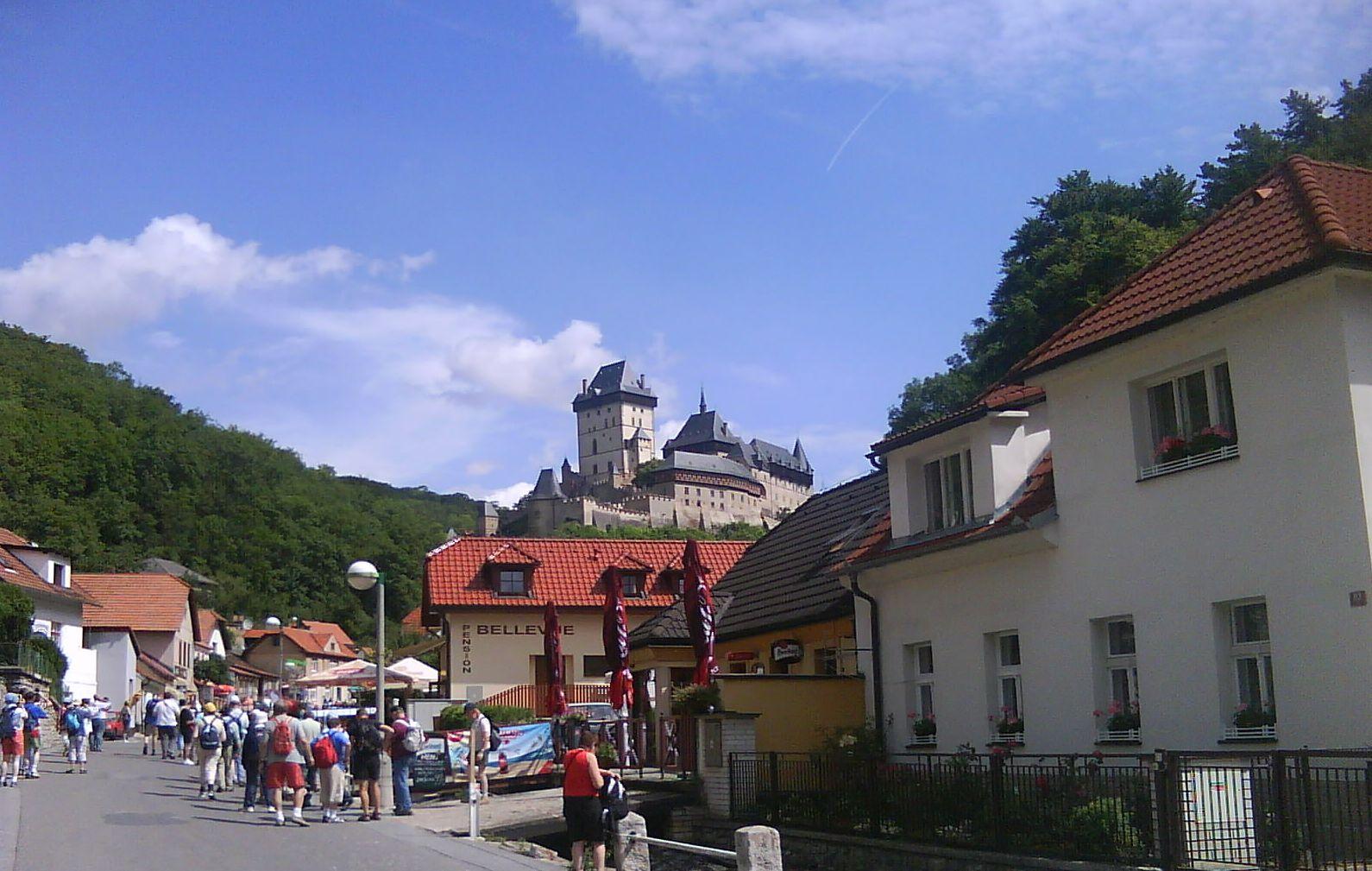 A falu, háttérben a vár