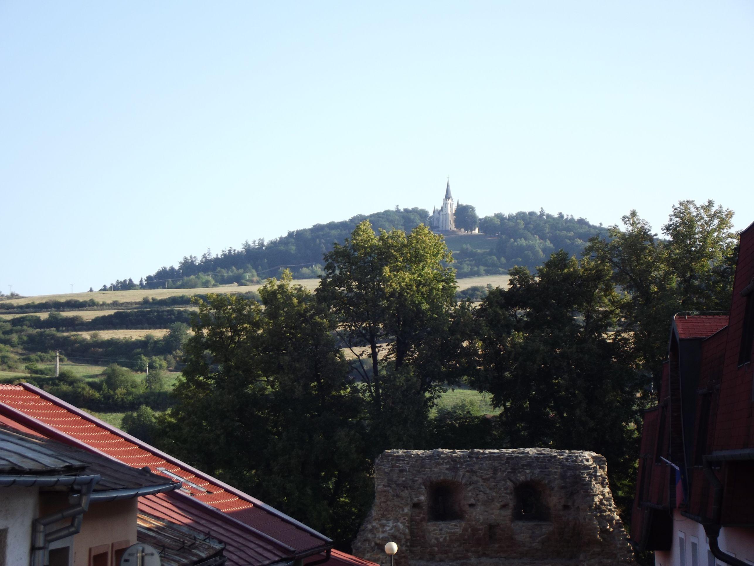 Városfal és a Szűz Mária templom