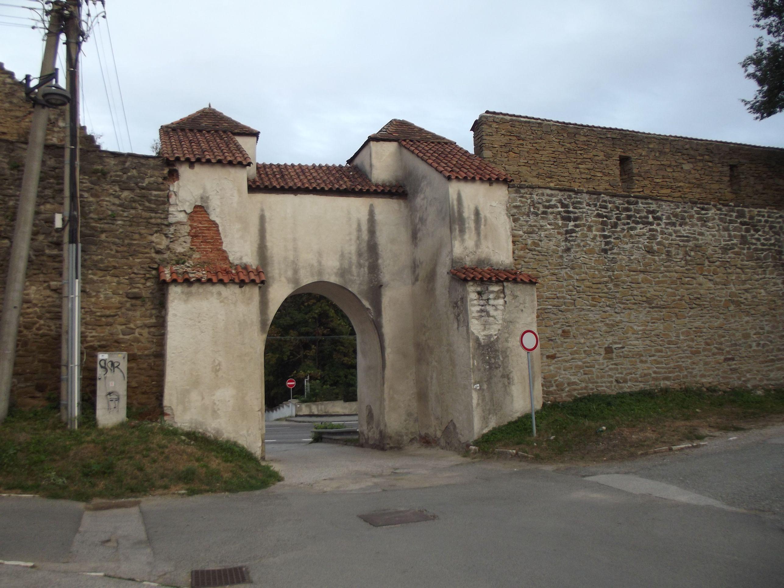 Ménhárdi kapu