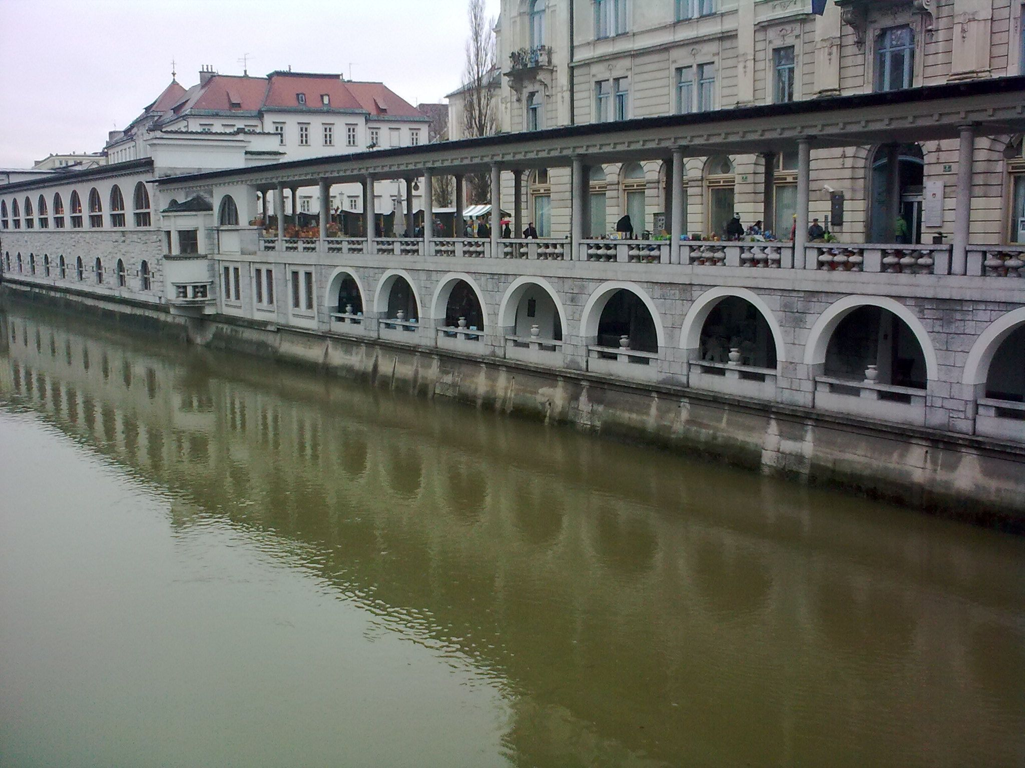 A Ljubljanica partja a Három-híd mellett