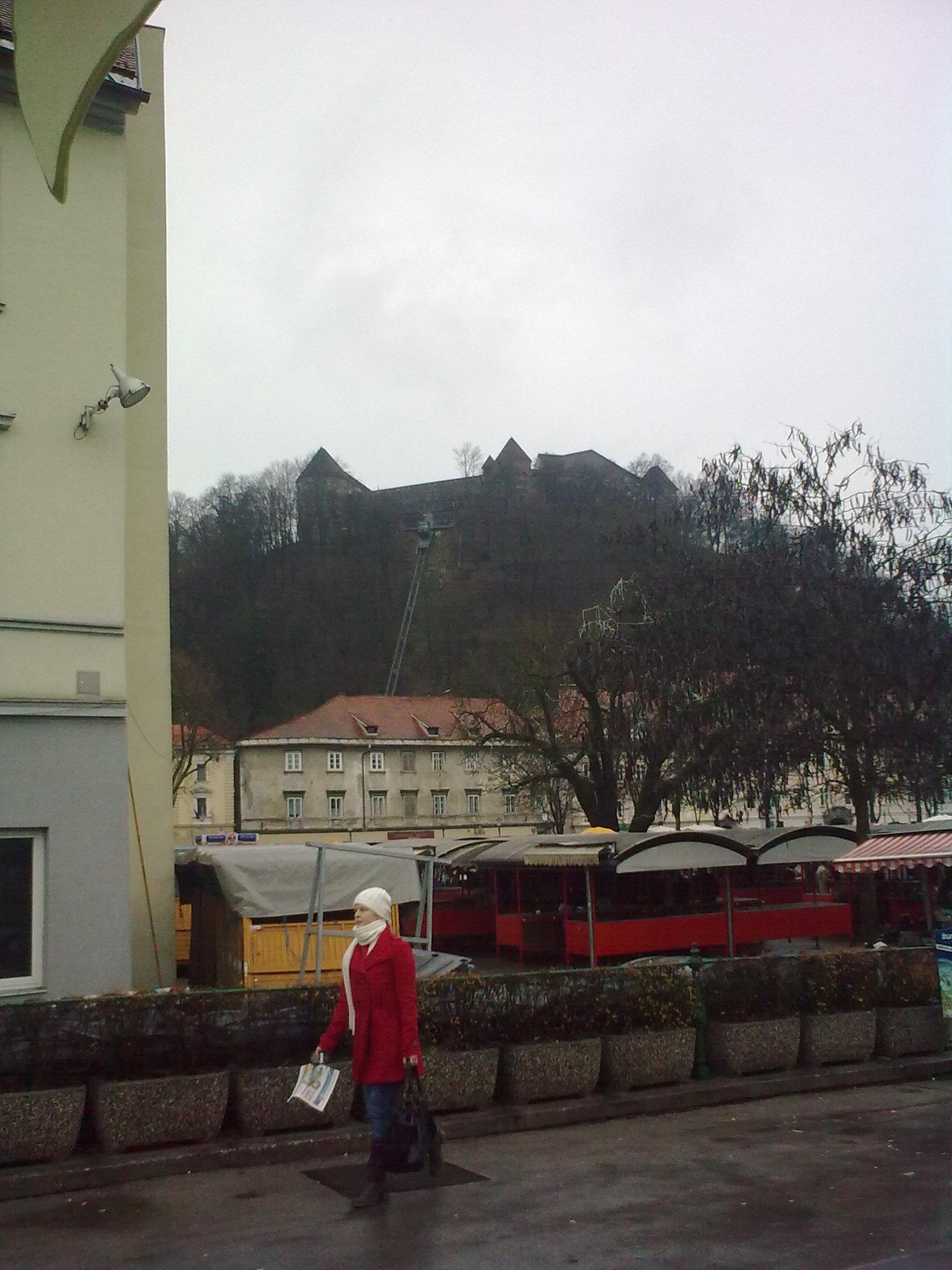 Piac, háttérben a vár és a felvonó