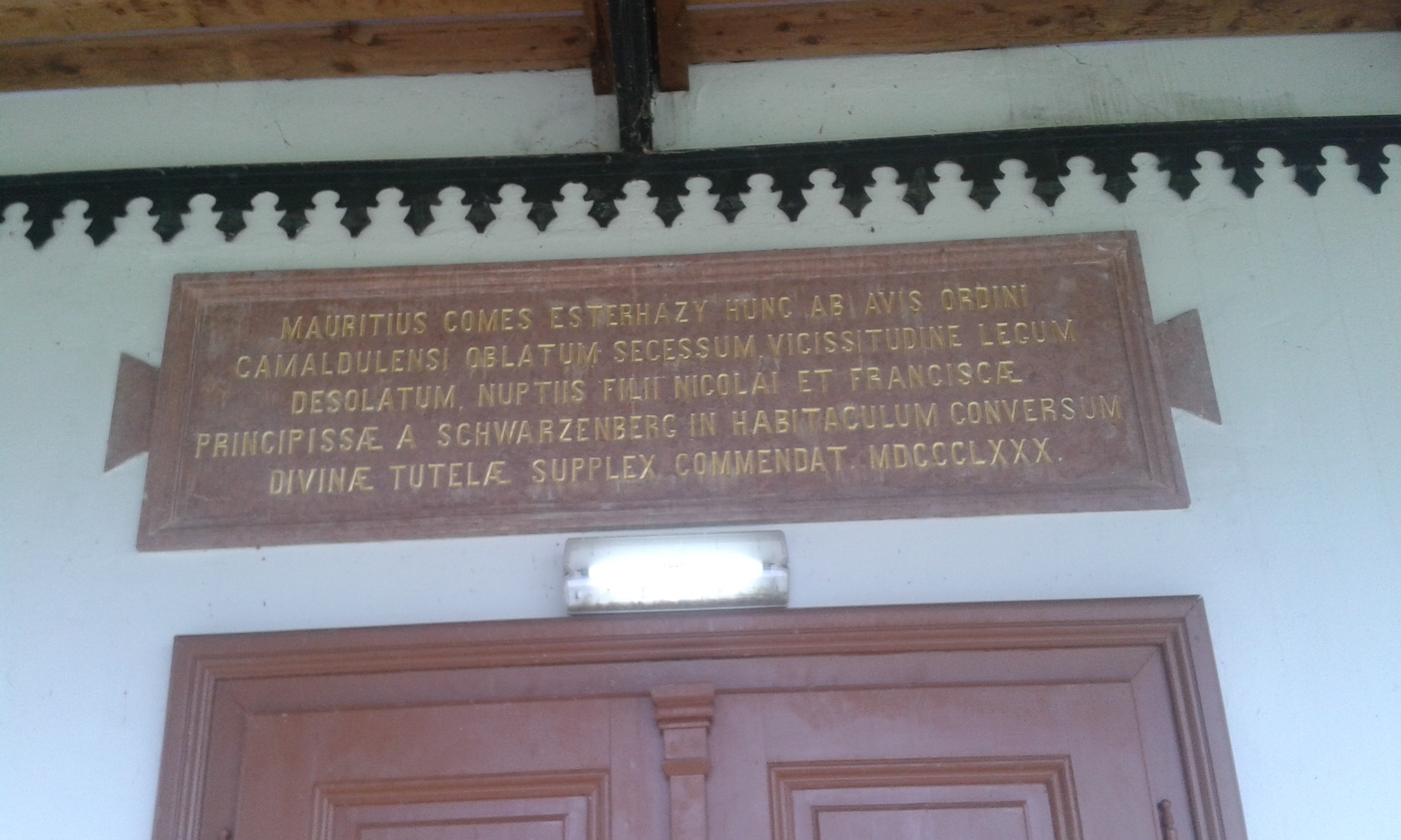 Az Esterházy családra utaló felirat a konventépületen
