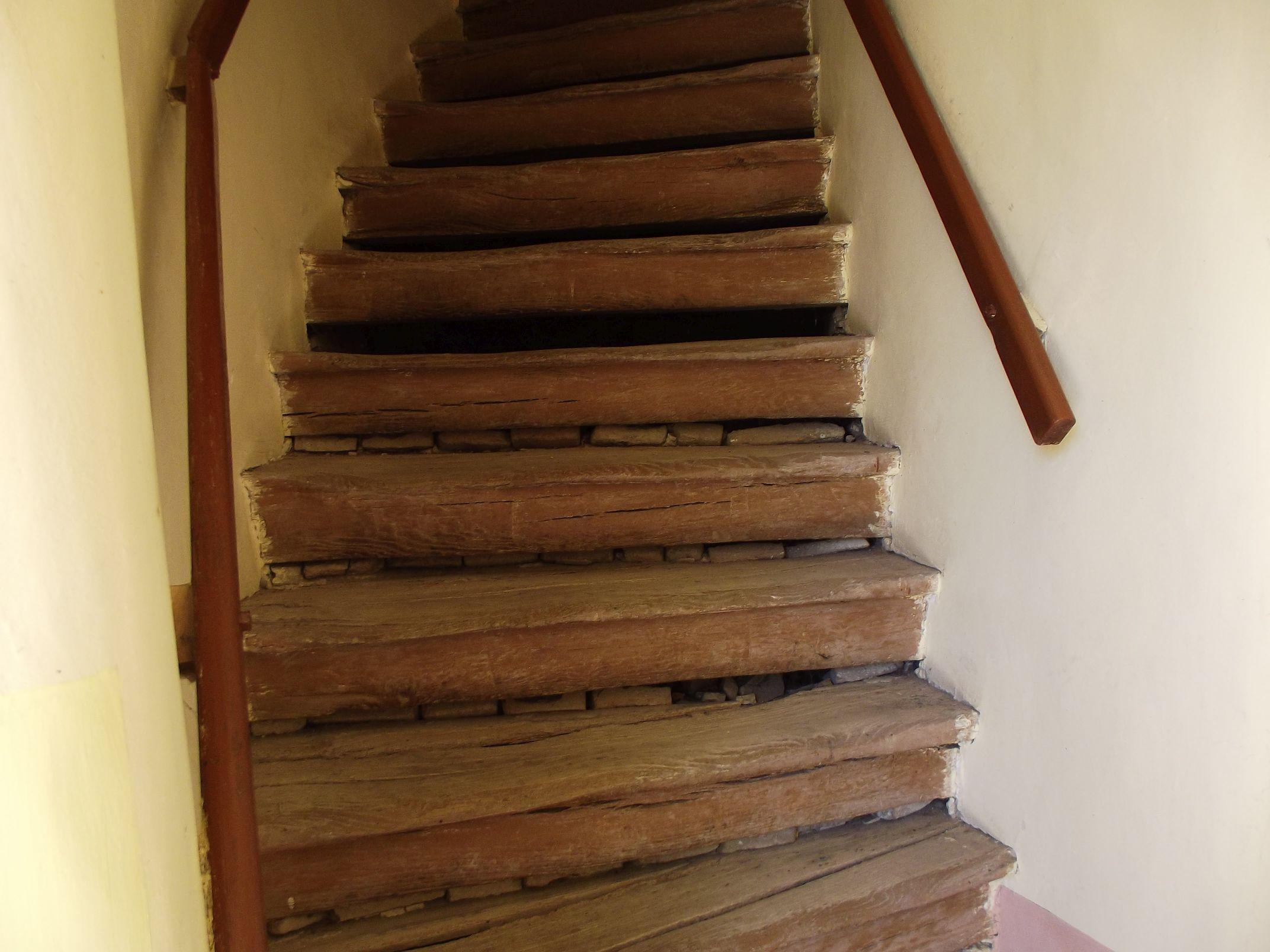 A megkopott templom lépcső