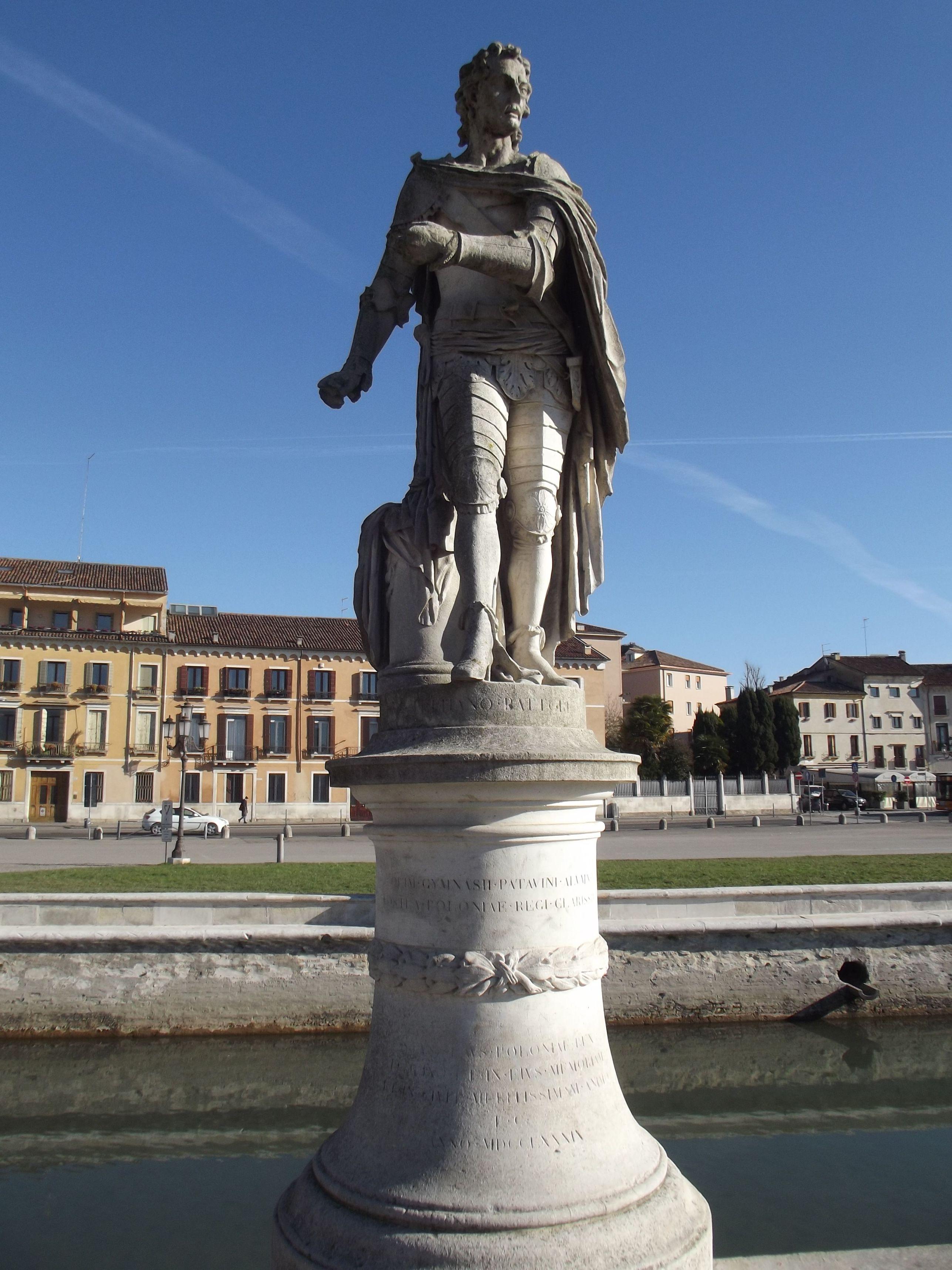 Báthory Miklós szobra
