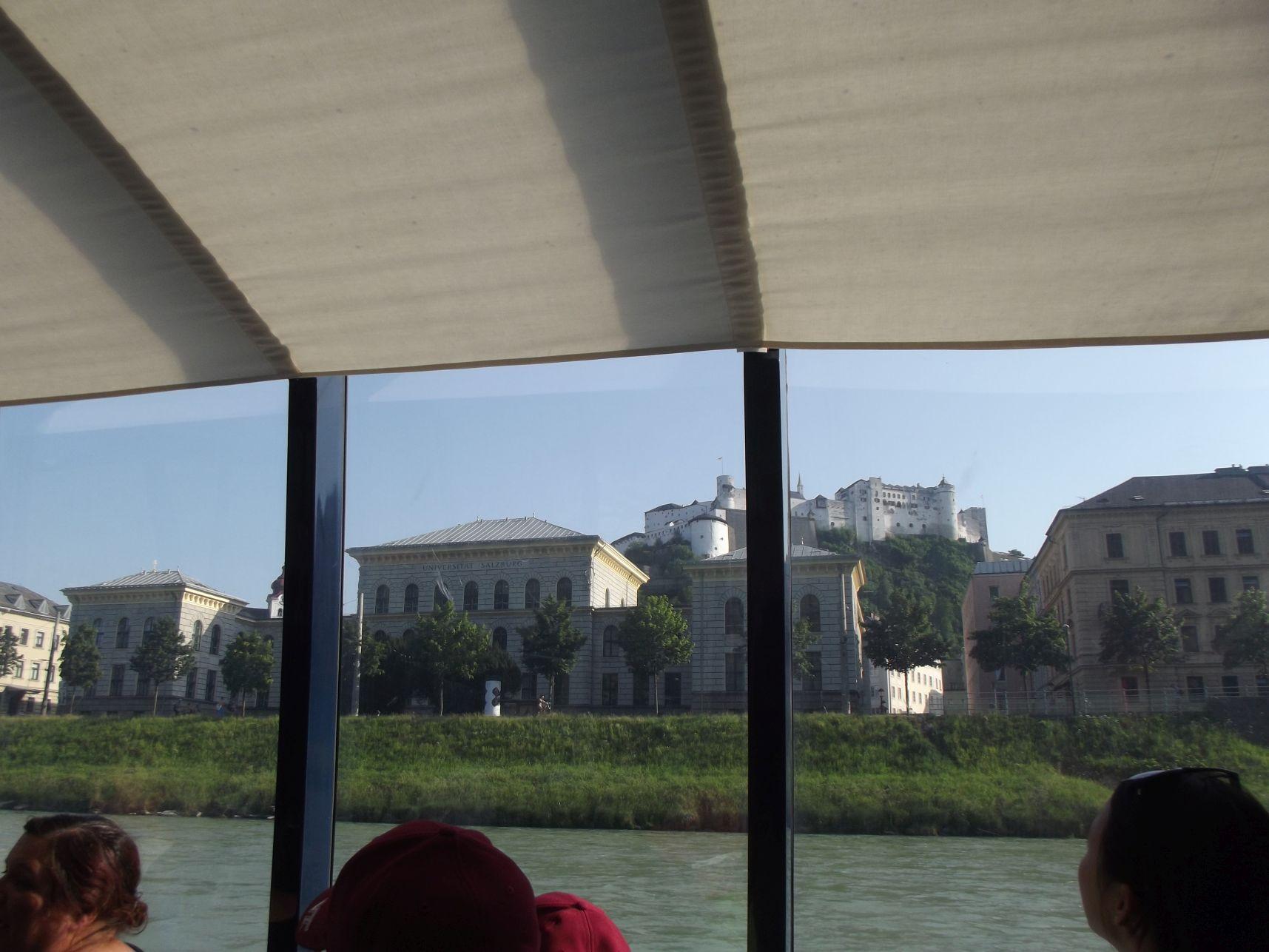 Az egyetem és Hohensalzburg vára a hajóról