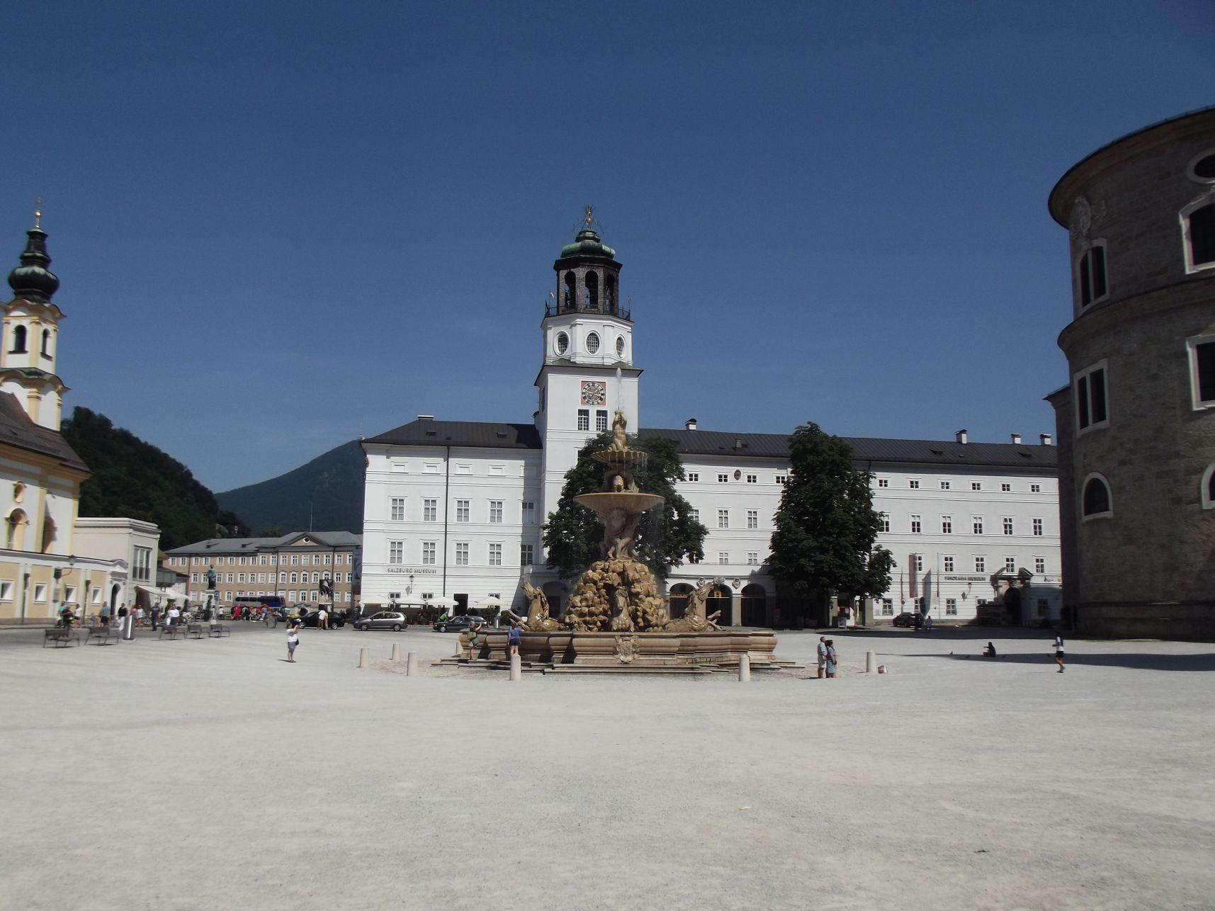 Residenzplatz, a Rezidencia kúttal és az új rezidenciával
