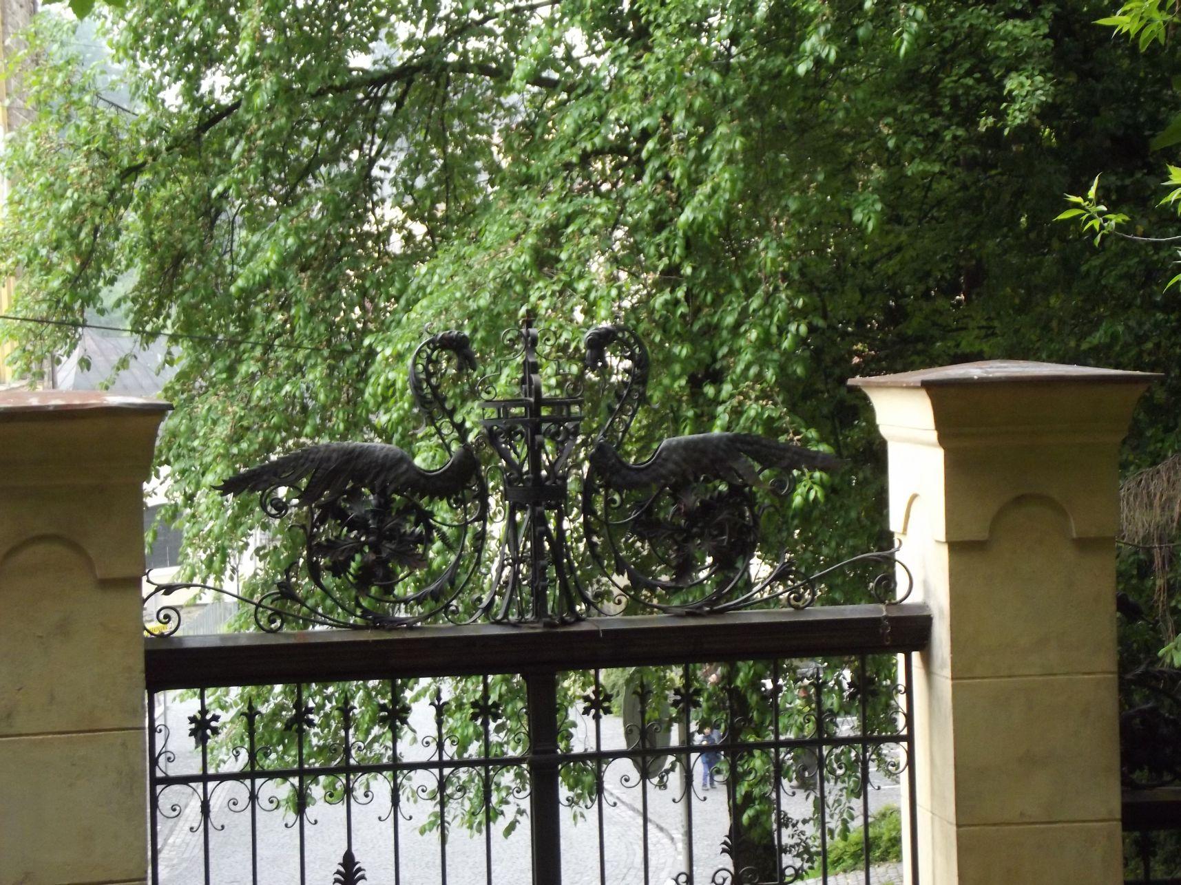 A kert egyik kapuja