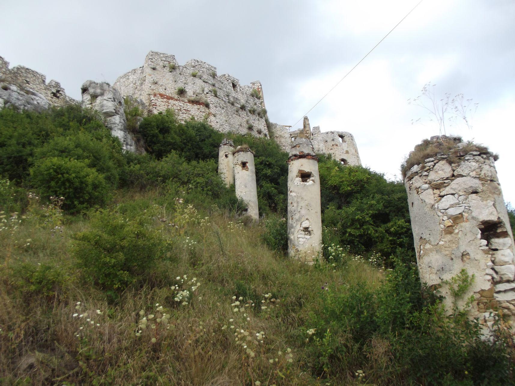 Az egykori gerenda védőfal tartóoszlopai