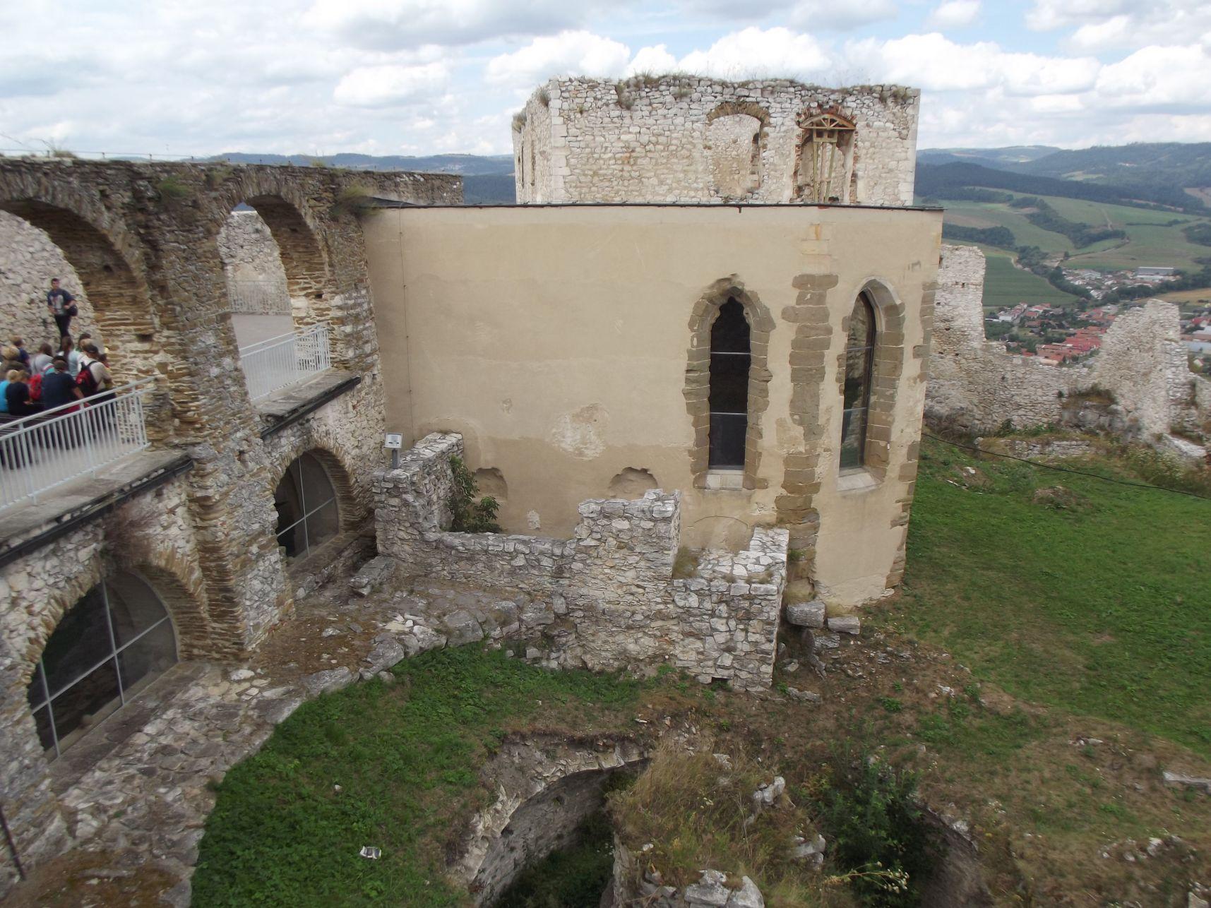 A kápolna és mögötte a román kori palota
