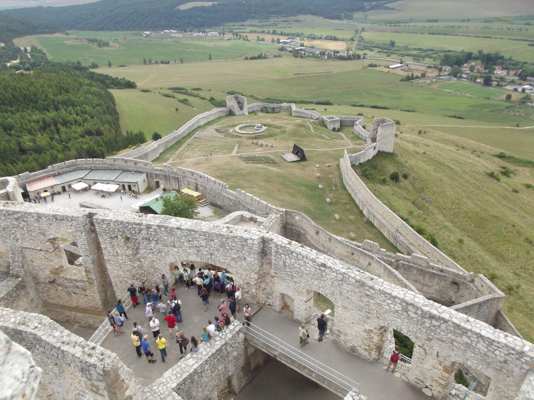 Az alsó várudvar a toronyból