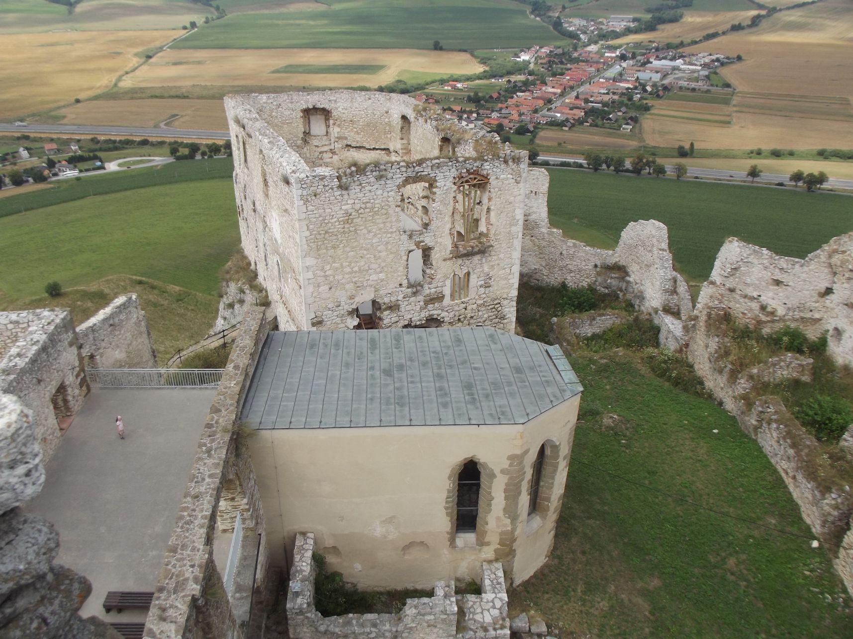 A kápolna és a román kori palota