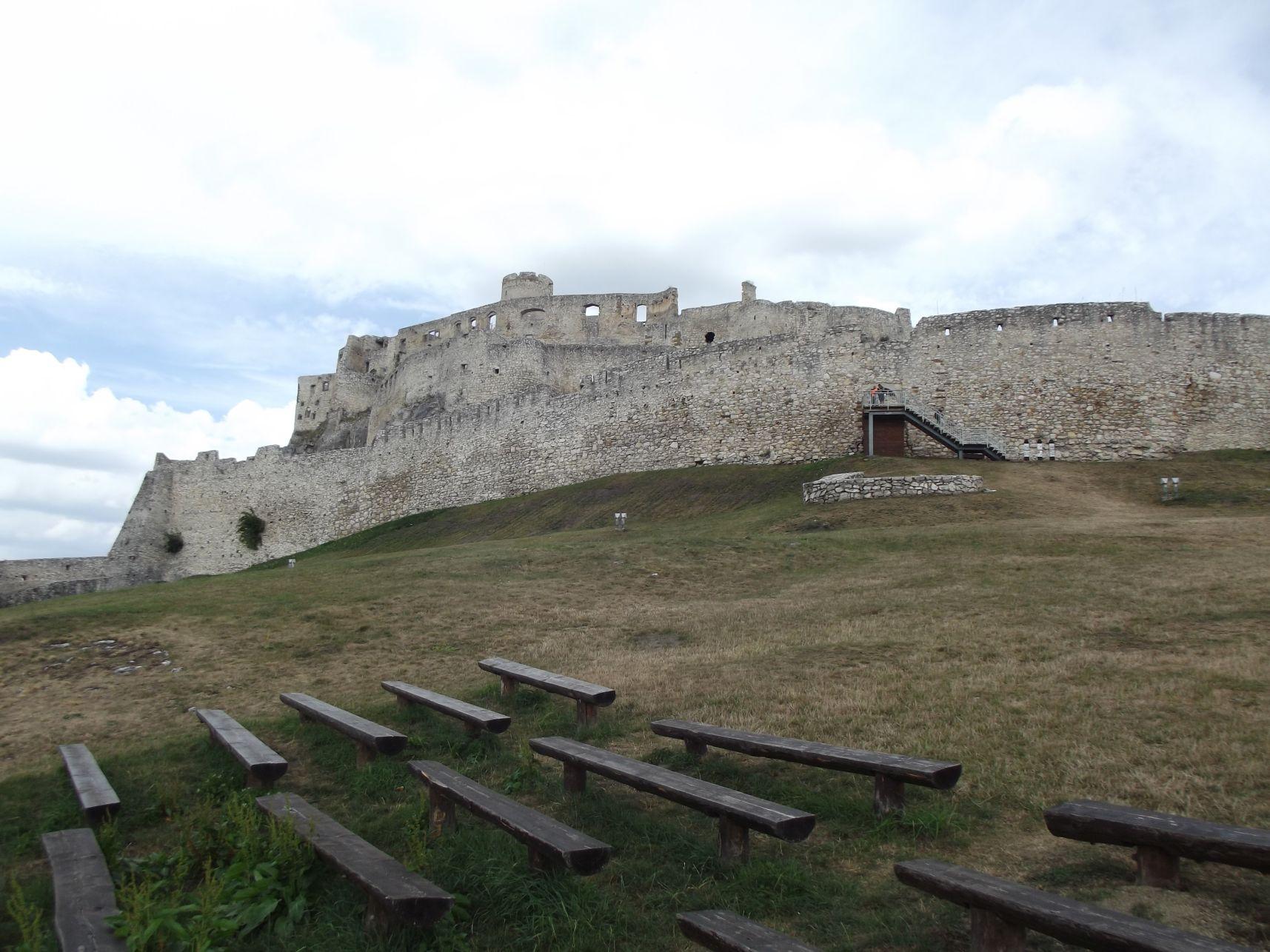 A vár az alsó várudvarból