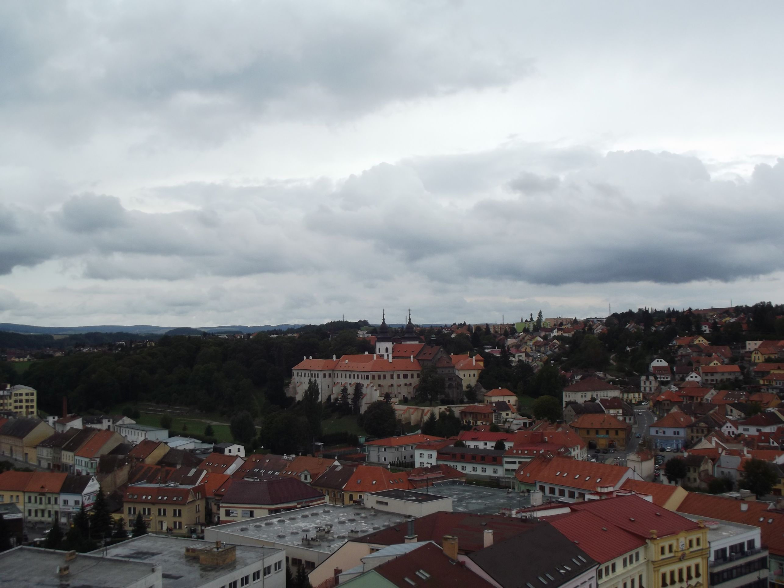 Třebič, kilátás a Várostoronyból, a kastély és a bazilika