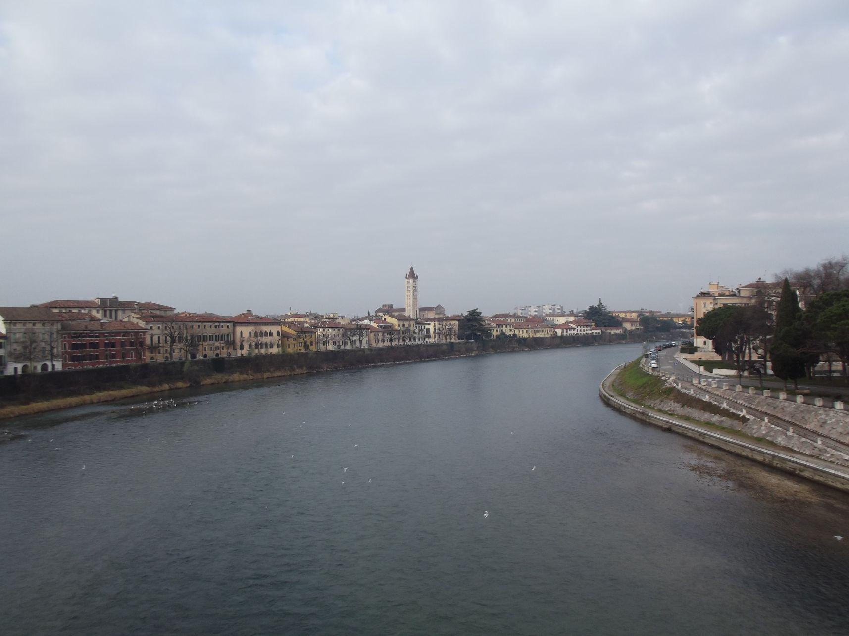 Adige, háttérben a San Zeno Bazilika