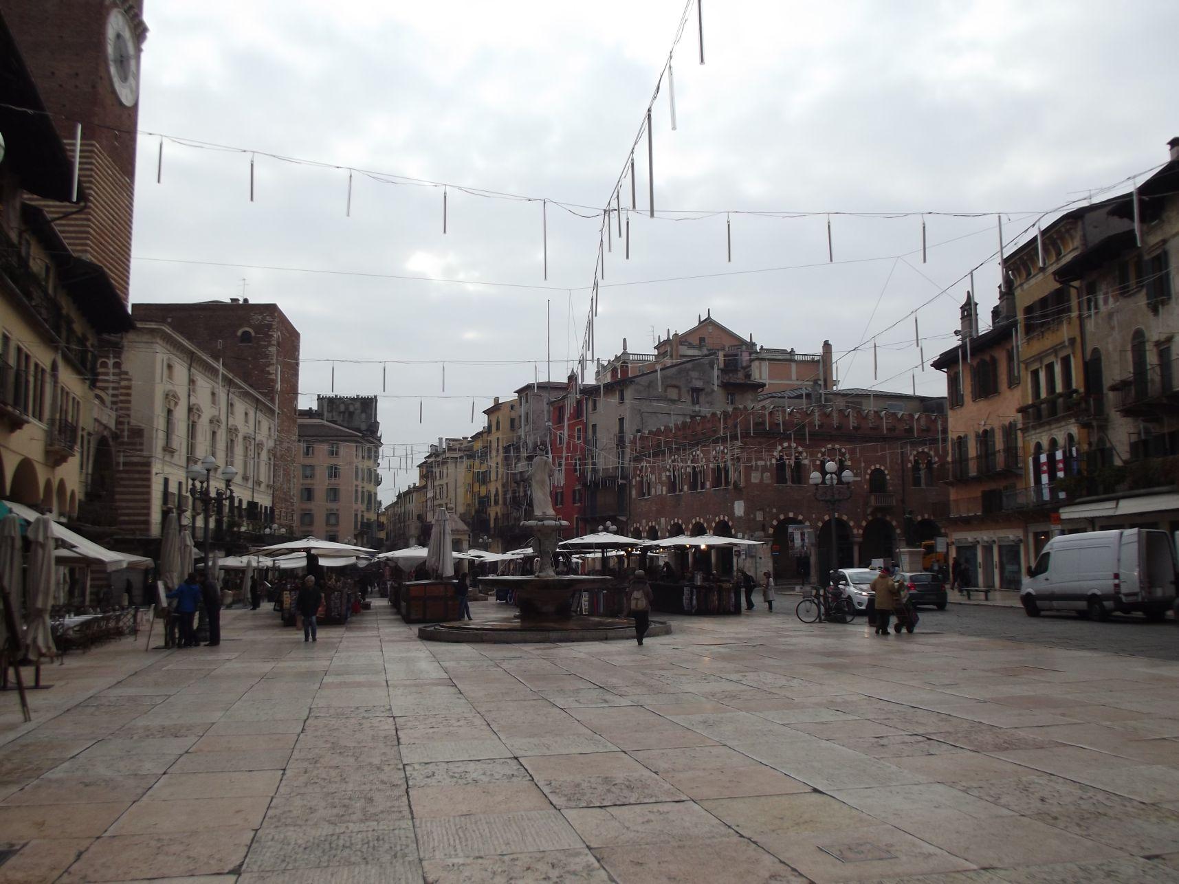 Piazza Delle Erbe nappal